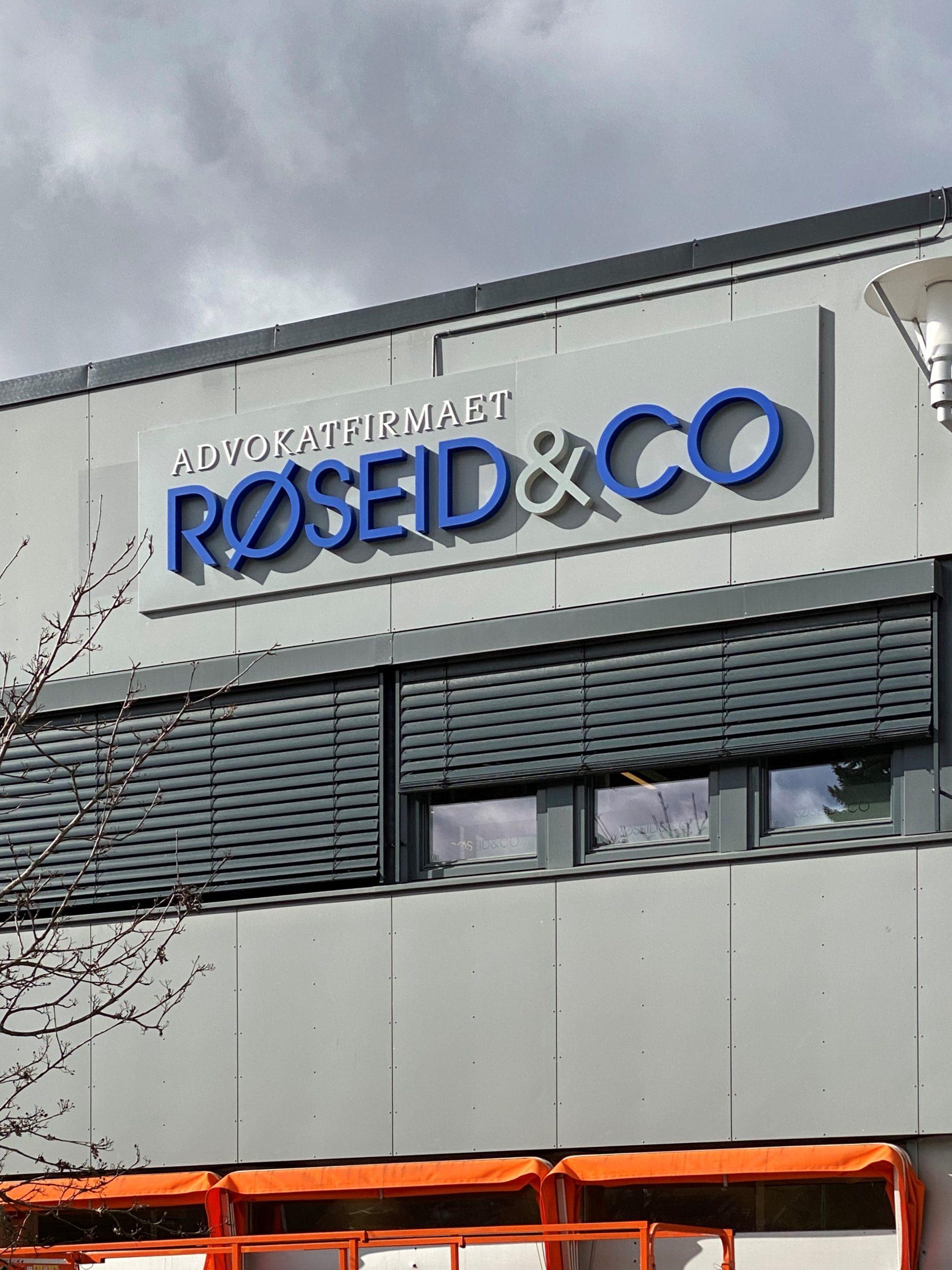 Fasade advokatkontoret Røseid og co med nytt skilt
